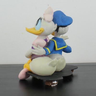 Donald Duck crazy over Daisy statue