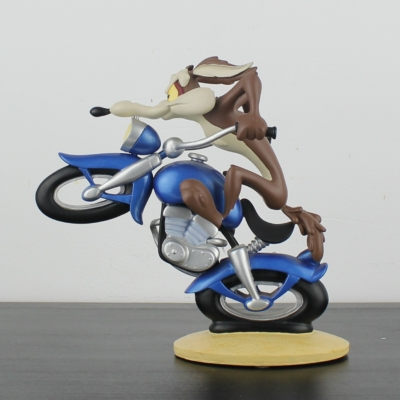 Wile E. Coyote on a motor statue by Demons and Merveilles in license of Warner Bros.