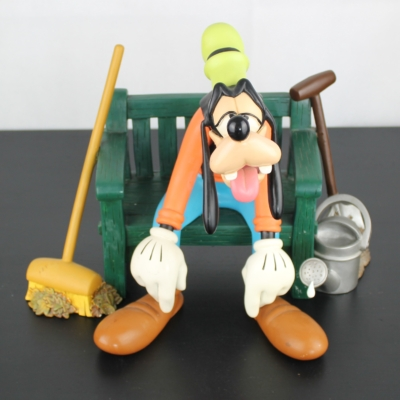 Goofy exhausted on a garden bench big Polyresin statue by Walt Disney