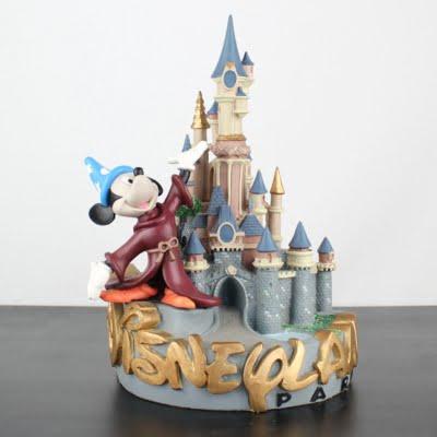 Disneyland Paris statue by Demons and Merveilles in license of Walt Disney